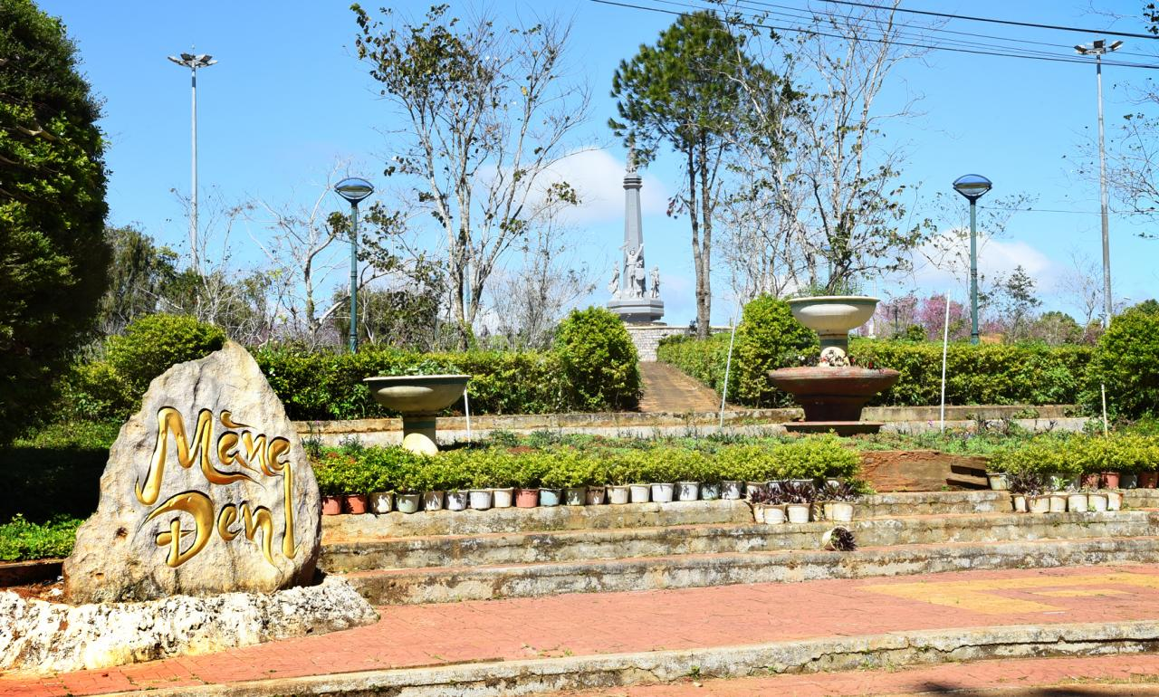 Quảng trường trung tâm thị trấn Măng Đen. Ảnh: HL