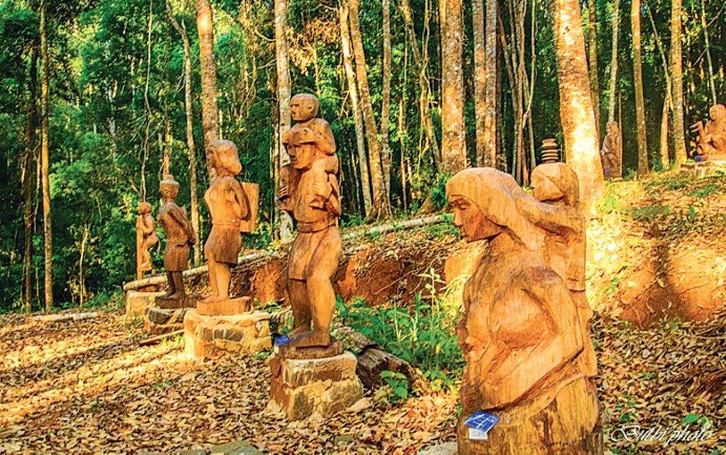 Vườn tượng gỗ - bảo tàng thu nhỏ ngoài trời của đại ngàn nguyên sơ.