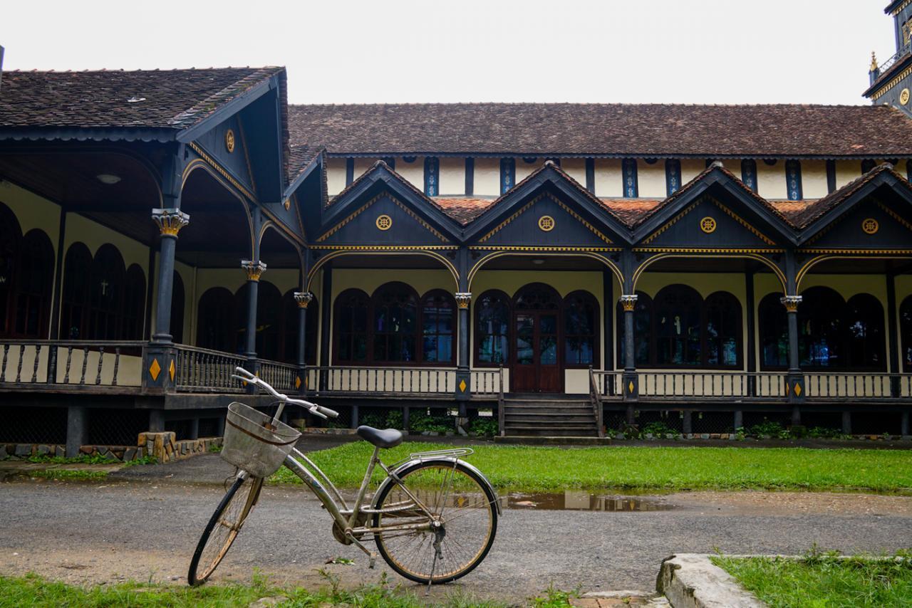Ghé thăm hai nhà thờ gỗ lâu đời ở Kon Tum