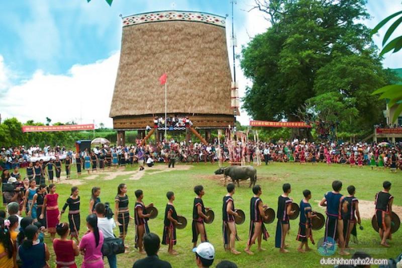 nhà rông Kon Tum